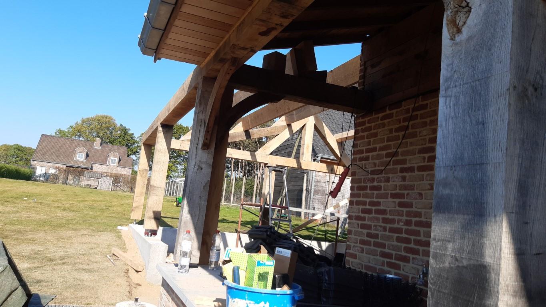 Eiken bijgebouw in opbouw